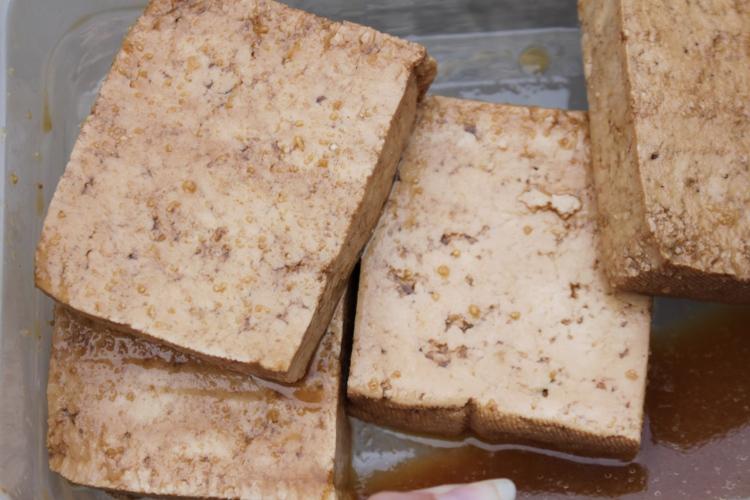 Le tofu en train de mariner