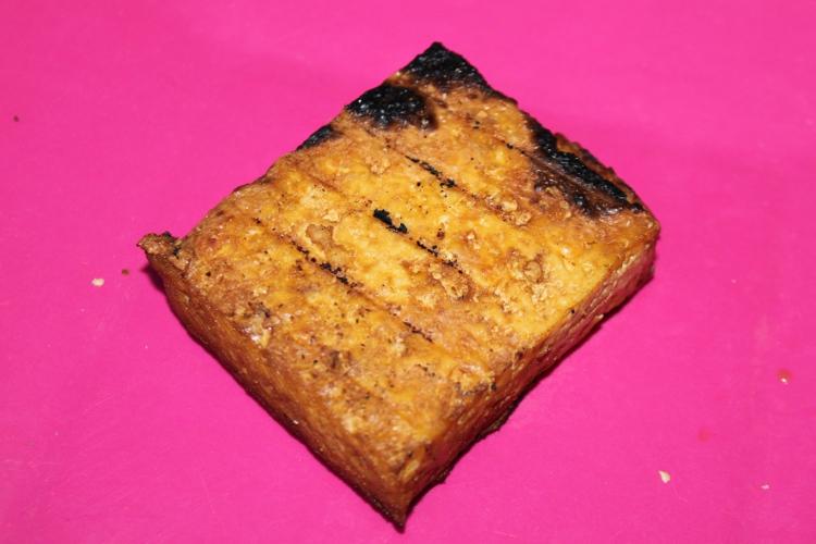 Le tofu apres passage au barbecue.