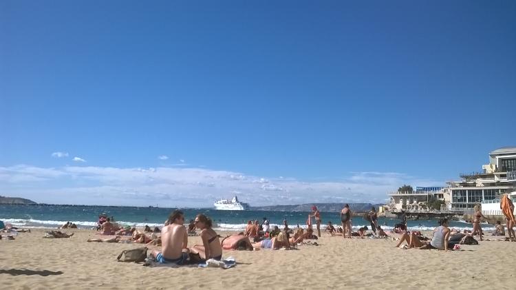 La plage des catalans. J'adore sauter sur mon vélo pour aller y lire quelques heures au soleil.